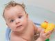 ახალბედა მშობლები ბავშვის დაბანის დროს ხშირად დიდ შეცდომას უშვებენ. ექიმი კომაროვსკი ბავშვის სწორად დაბანას გასწავლით